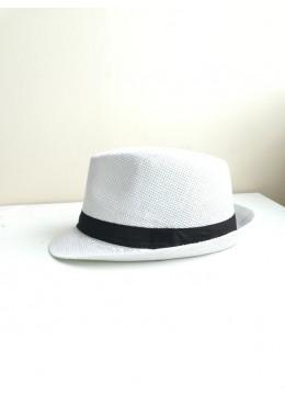 Мъжка лятна шапка в бяло с черна лента за акцент
